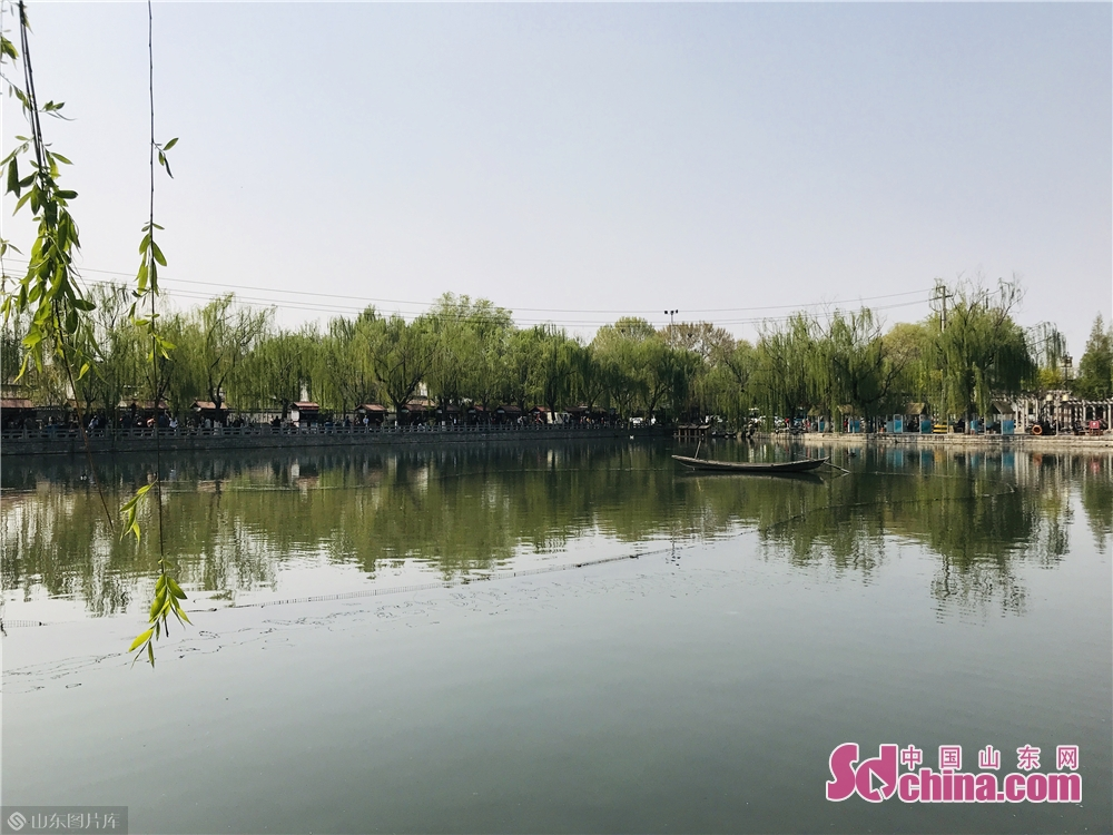 Photo taken on April 3, 2019 shows the breathtaking scenery in Baihuazhoe Block in Jinan, capital of Shandong Province. As the weather gets warm in Jinan, the spring scenery of Furongjie-Baihuazhou Historical and Cultural Blocks has attracted tremendous tourists recently.<br/>