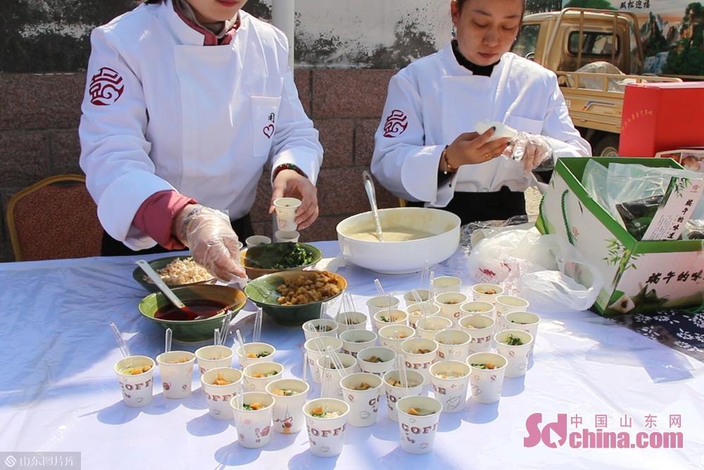 <br/><br/>  宁海脑饭是牟平区的非遗小吃,为游客准备了现场品尝。<br/>