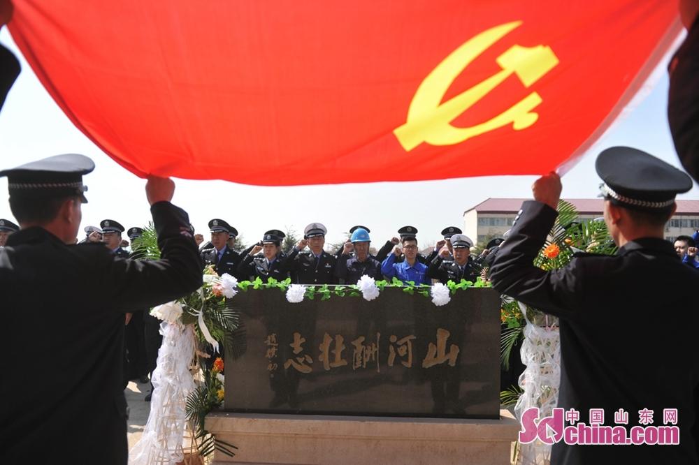 <br/>  &ldquo;我志愿加入中国共产党&hellip;&hellip;为共产主义奋斗终身,随时准备为党和人民牺牲一切,永不叛党&rdquo;。铿锵有力的誓言,久久回荡在黄岛油库&ldquo;8&middot;12&rdquo;灭火战斗纪念亭。市港航公安局民警同港区群众在这里联合开展悼念仪式,他们肃立、默哀、高举右手重温入党誓词。<br/>