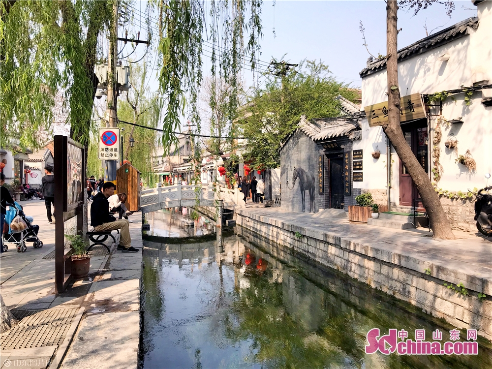 Tourists enjoy spring scenery in Qushuitingjie Block in Jinan, capital of Shandong Province on April 3, 2019. As the weather gets warm in Jinan, the spring scenery of Furongjie-Baihuazhou Historical and Cultural Blocks has attracted tremendous tourists recently.<br/>