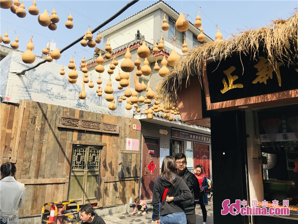 Tourists walk along the main street of Furongjie Block in Jinan, capital of Shandong Province. As the weather gets warm in Jinan, the spring scenery of Furongjie-Baihuazhou Historical and Cultural Blocks has attracted tremendous tourists recently.<br/>