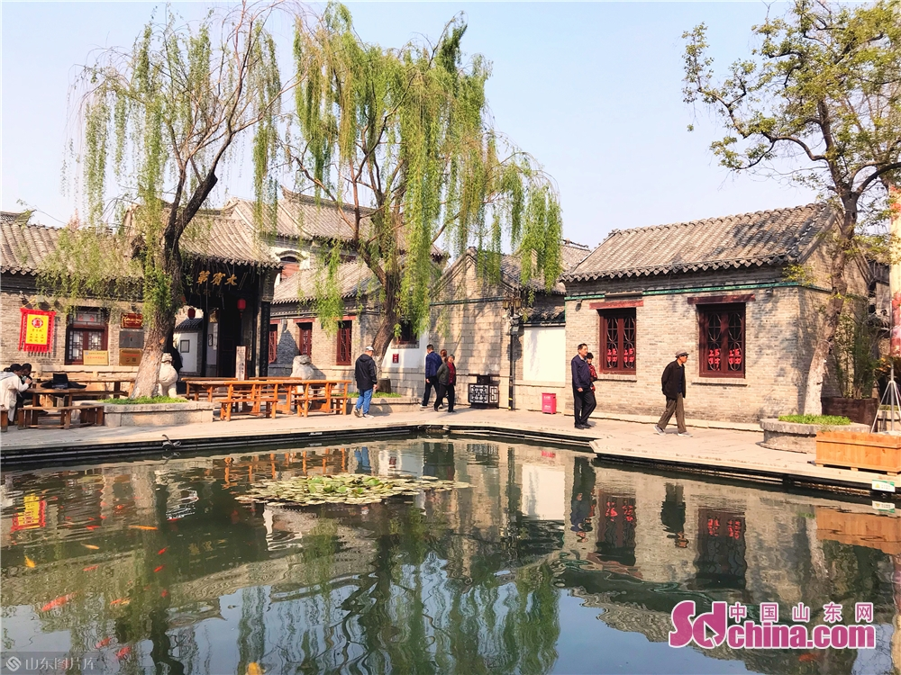 Tourists enjoy spring scenery in Baihuazhoe Block in Jinan, capital of Shandong Province on April 3, 2019. As the weather gets warm in Jinan, the spring scenery of Furongjie-Baihuazhou Historical and Cultural Blocks has attracted tremendous tourists recently.<br/>