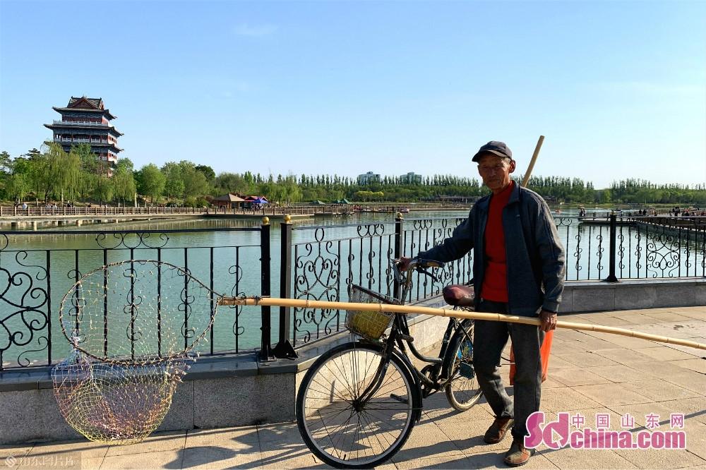 <br/>  5月1日,德州市宁津县康宁湖公园,河湖清障工人检查清理湖面垃圾。<br/>