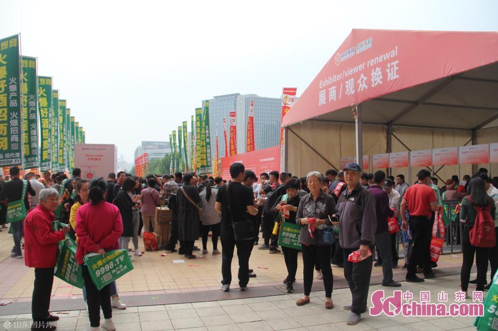 作为酒类食品行业盛会,CNFE2019吸引了近1200家国内外知名企业参展,集中展示名酒、食品、饮料、粮油、调味品、食材等名优产品近10万种。<br/>