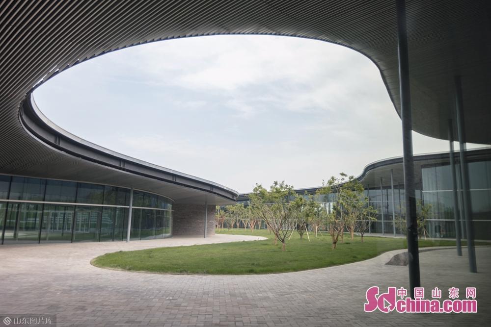 <br/>  济宁市美术馆坐落于山东省济宁市太白湖新区济宁市文化中心,由日本著名建筑设计师西泽立卫设计。据悉,展览将持续至7月20日。