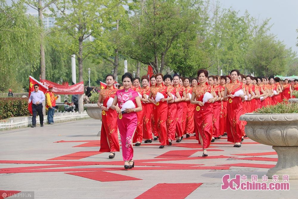 <br/>  据了解,千人旗袍秀的模特由来自济宁各县市的代表队伍参加。