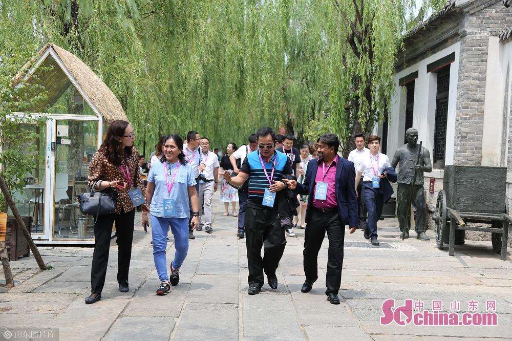 <br/>  曲水亭街是一条闻名中外的历史文化特色老街,吸引了外媒记者驻足游览。
