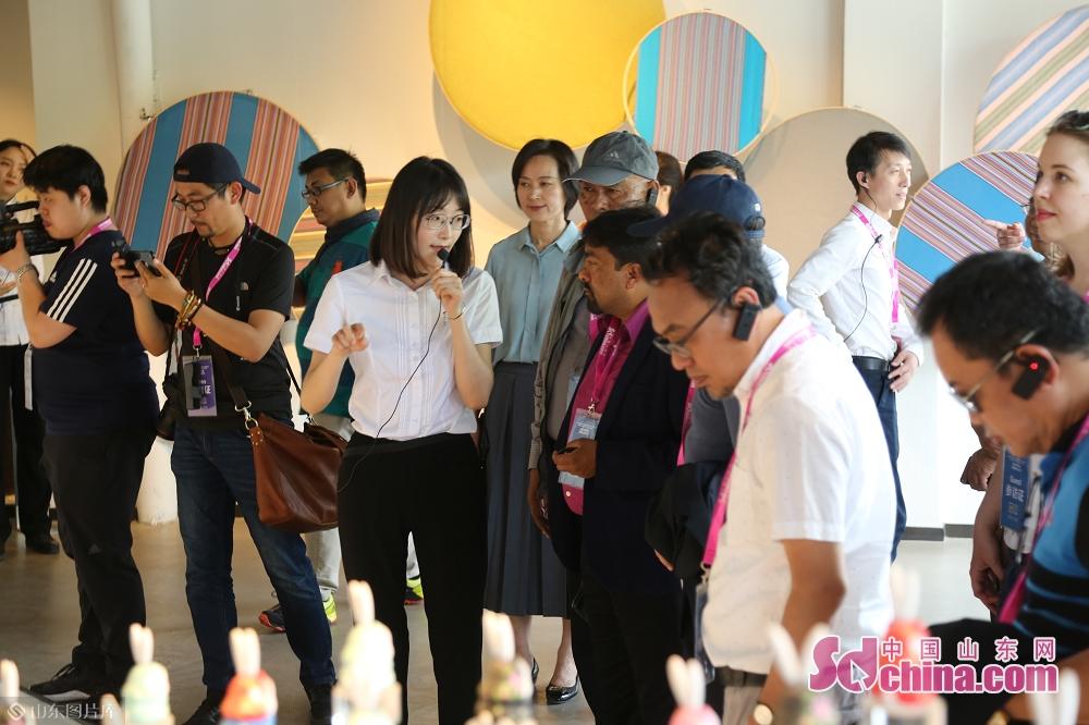 <br/>  采访团走进百花洲传统工艺工作站。<br/>