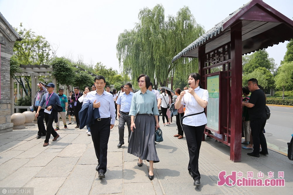 <br/>  外媒记者们游览大明湖。<br/>