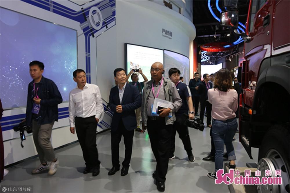 <br/>  采访团成员纷纷点赞重汽文化底蕴深厚,惊叹于重汽创新发展的过程中重汽人为中国重型汽车工业发展做出的特有贡献和创造的奇迹。<br/>