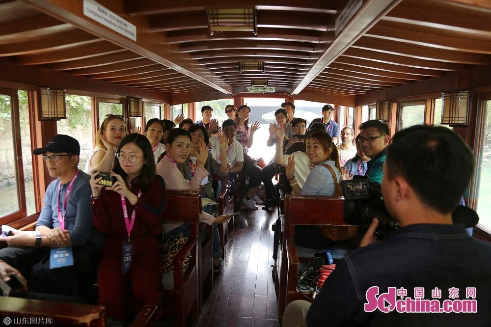 <br/>  5月16日,参观完中国重汽集团后,采访团一行乘游船游览了济南护城河和大明湖。<br/>