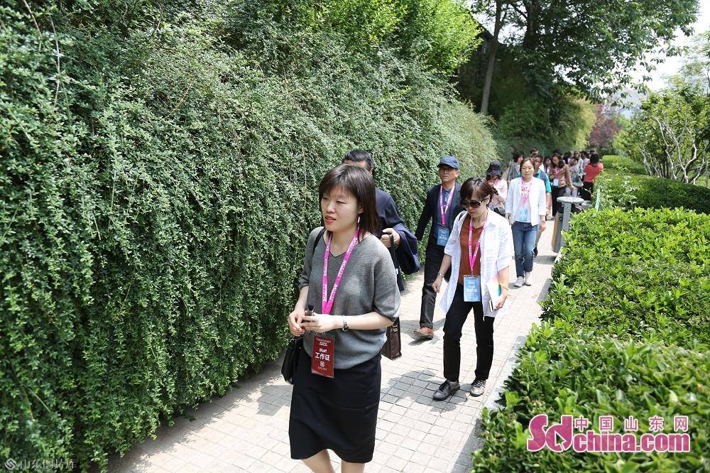 <br/>  采访团行走在护城河边。<br/>