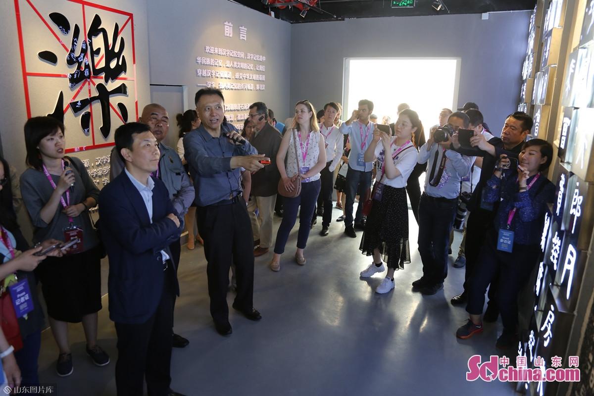 <br/><br/>  石敢当摩崖艺术博物馆副理事长、&amp;ldquo;汉字记忆空间&amp;rdquo;文化IP创始人马捷为采访团成员讲解几个有代表性汉字的历史。<br/>
