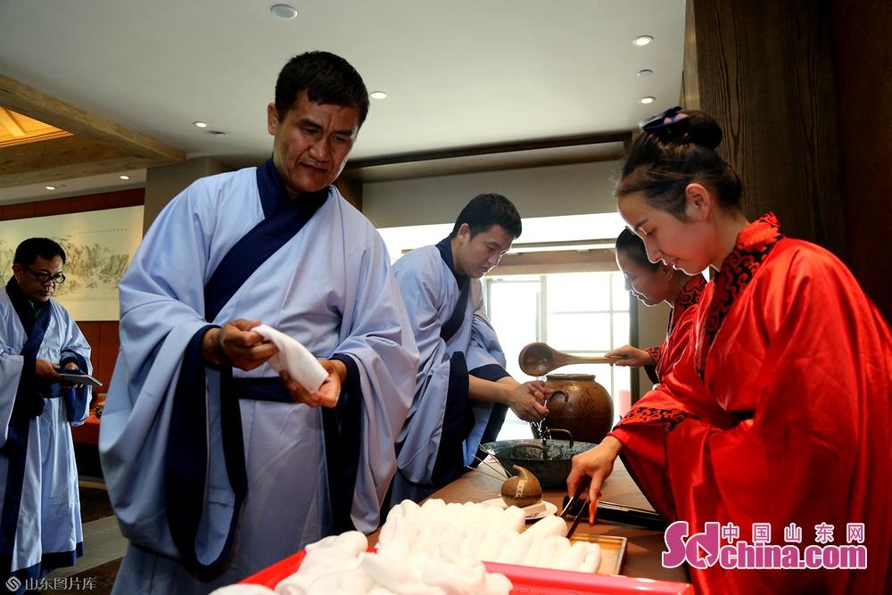 <br/>  尼山圣境于2015年10月成功复原了&ldquo;汉代官场食礼&rdquo;筵式模式,并于2018年成功将其申请为济宁市非物质文化遗产,并将其作为景区的一项常规性文化体验。旨在倡导传承中国人斯文儒雅进食行为,展示体验中华传统公宴双筷进食方式。