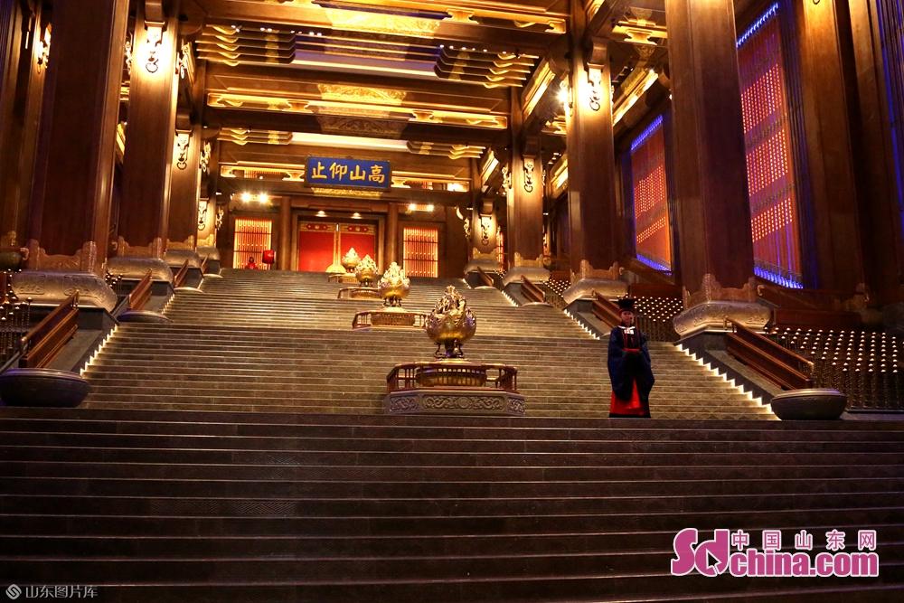 <br/>  在孔子像东侧是仿秦汉式建筑&mdash;&mdash;大学堂,又名儒宫,其与孔子像统领着尼山圣境的景观制高点,也成为新时代弘扬优秀传统文化的新坐标。<br/>