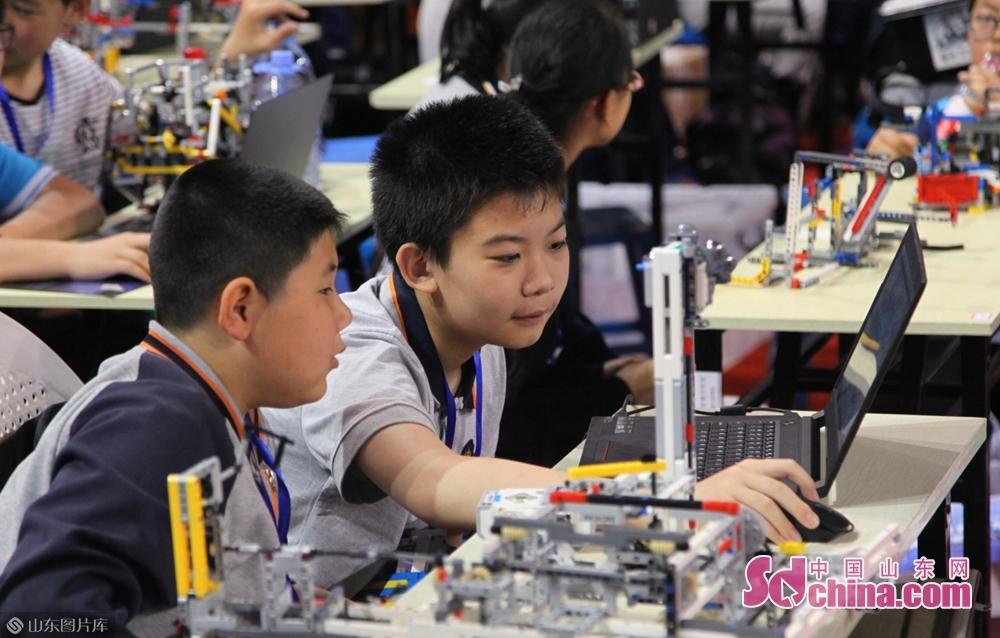 山东省科协副主席陈爱国在竞赛开幕式中表示,举办竞赛的目的在于鼓励和引导青少年用灵巧的双手,调动计算机编程、工程设计、机械组装等科学知识储备,并结合观察积累,主动寻找问题解决方案,从而激发青少年对科学技术的兴趣,培养创新思维、科学精神和动手实践能力,为加快新旧动能转换和企业创新发展培养积蓄科技人才。<br/>