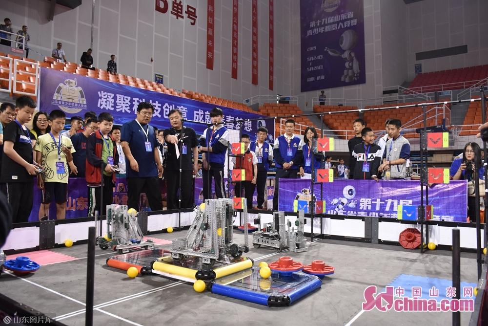 竞赛期间,还举办了第19届山东省青少年机器人竞赛展会和全国青少年机器人竞赛裁判员培训。其中,第19届山东省青少年机器人竞赛展会借助山东省电子学会等社会力量,吸引了及来自北京、上海、安徽等全国各地30家人工智能领域企业,展出了机器人、无人机、3D裸眼技术等最新科技成果,为竞赛增添了靓丽色彩。