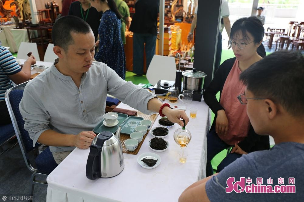 People drink tea at the 13th International Tea Industry Expo in Jinan, capital of east China&rsquo;s Shandong Province, on May 27, 2019. The five-day expo consists of two main venues, which are Jinan International Convention and Exhibition Center and Jinan Tea Wholesale Market.<br/>