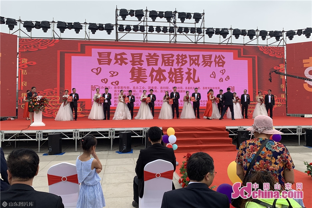 <br/>  此外,仪式上,昌乐县宣传部常务副部长张永生为9对新人颁发移风易俗社会宣传员聘书。<br/>