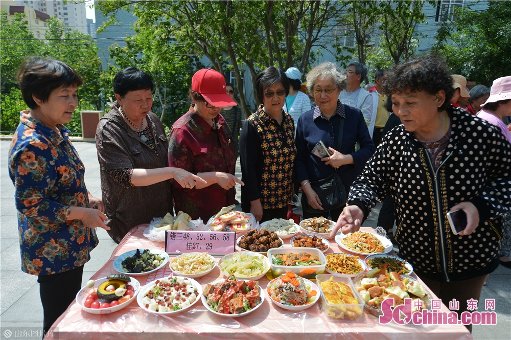 """Community residents vote on dishes during the """"Neighbors' Festival"""" in Qingdao, east China's Shandong province, May 28, 2018.<br/>"""