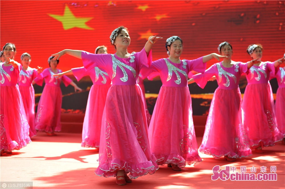 """Community residents perform during the """"Neighbors' Festival"""" in Qingdao, east China's Shandong province, May 28, 2018.<br/>"""