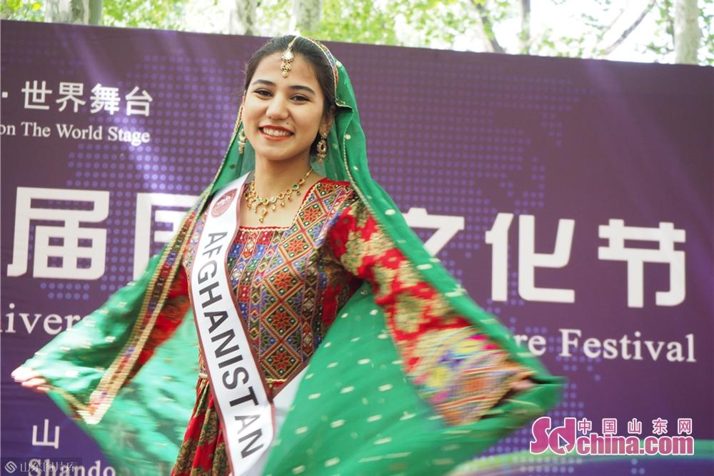 패션 쇼에서 유학생들이 자기 국가의 전통 복장을 전시했다.<br/>