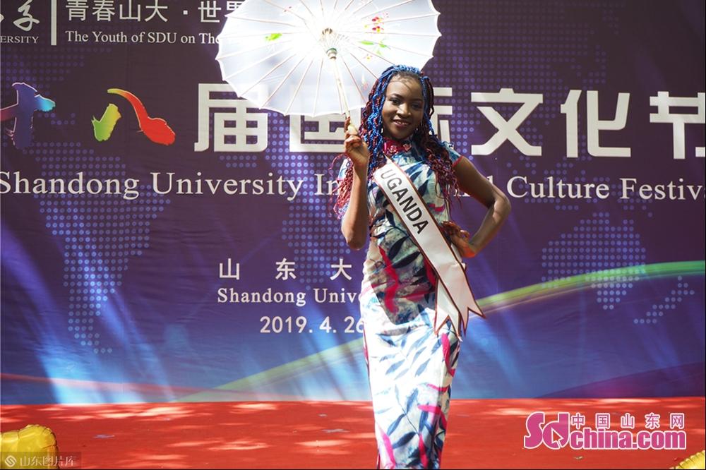 국제 패션 쇼에서 유학생들이 중국 치파오를 입고 전시했다.<br/>