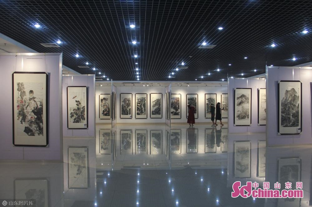 Visitors view the calligraphy and painting works in Jinan, east China&rsquo;s Shandong Province on May 6, 2019. An itinerant exhibition of 30 Chinese calligraphy and painting artists opened Monday morning to celebrate the 70th anniversary of the founding of the People's Republic of China.<br/>