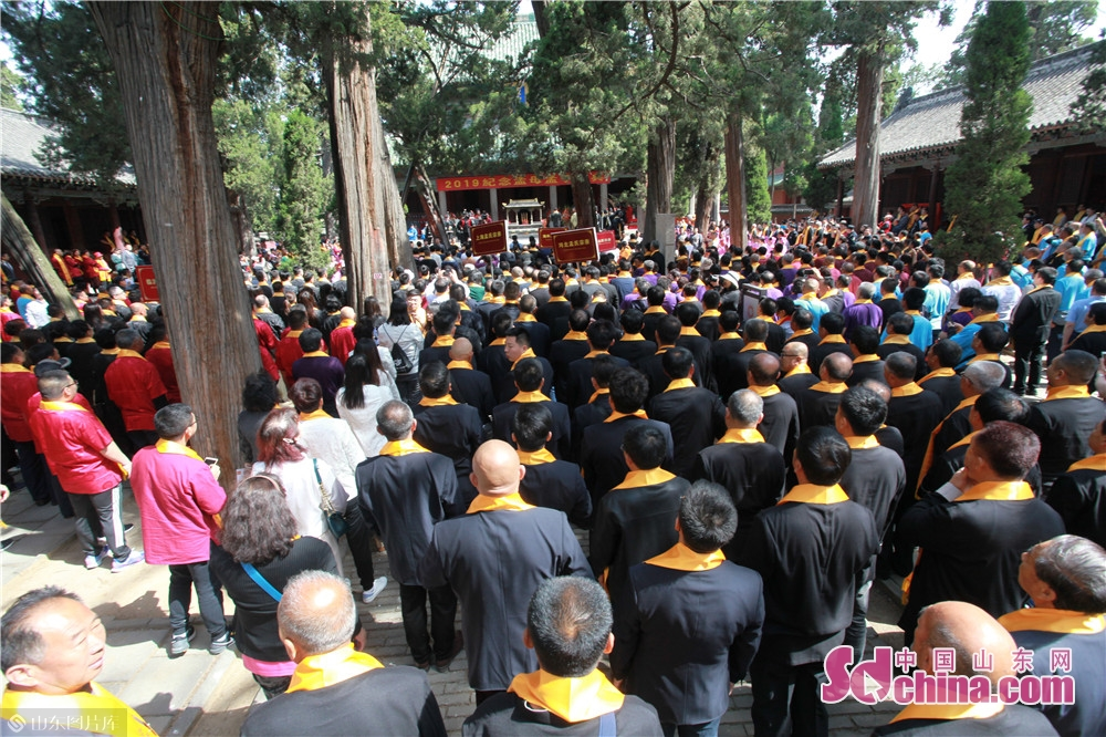 Mencius&rsquo; descendants and people from home and abroad attend memorial ceremony at the Temple and Family Mansion of Mencius in Zoucheng city, East China's Shandong province on May 6, 2019. A traditional sacrificial ceremony was held here on Tuesday to commemorate Mencius and his mother.<br/>