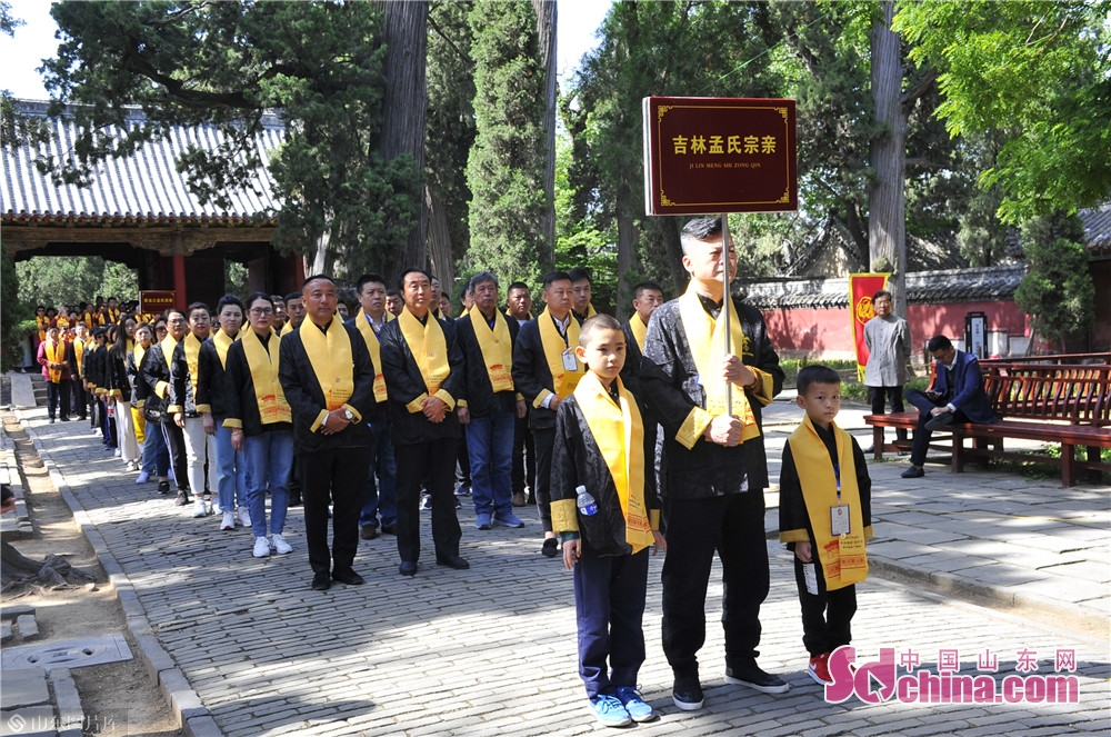 The celebrant read the eulogy at the Temple and Family Mansion of Mencius in Zoucheng city, East China's Shandong province on May 6, 2019. A traditional sacrificial ceremony was held here on Tuesday to commemorate Mencius and his mother.<br/>