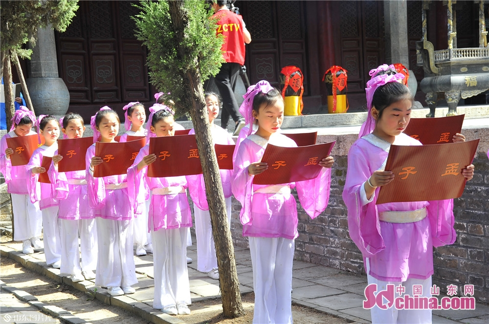 Students read quotes from Mencius at the Temple and Family Mansion of Mencius in Zoucheng city, East China's Shandong province on May 6, 2019. A traditional sacrificial ceremony was held here on Tuesday to commemorate Mencius and his mother.<br/>