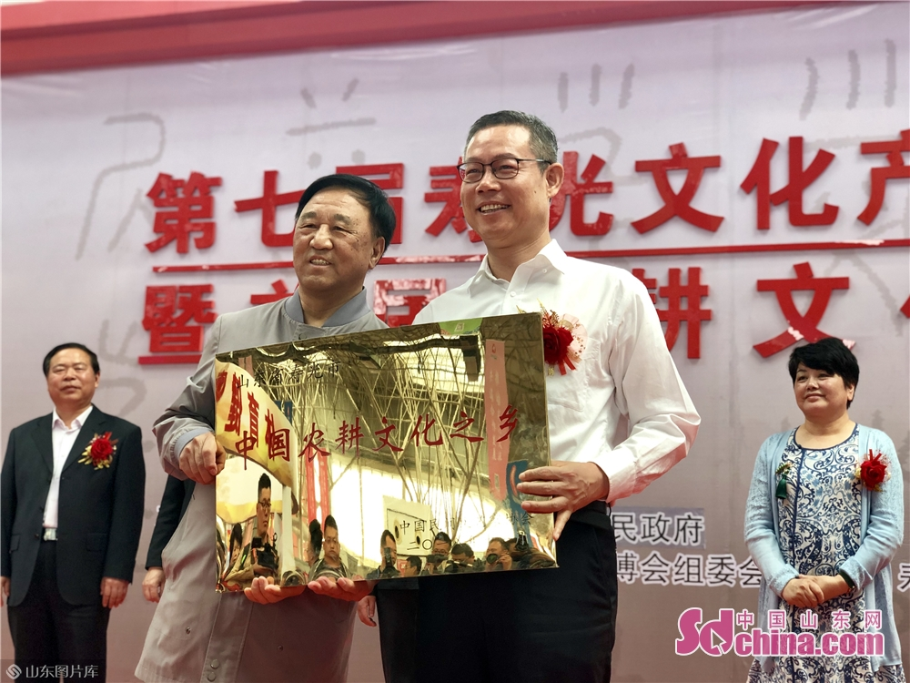 Photo taken on May 8, 2019 shows the award ceremony of the Land of Chinese Farming Culture award in Shouguang of Weifang City, Shandong Province. The 7th Shouguang Cultural Industry Fair and 1st Farming Culture Expo kicked off here on Wednesday.<br/>