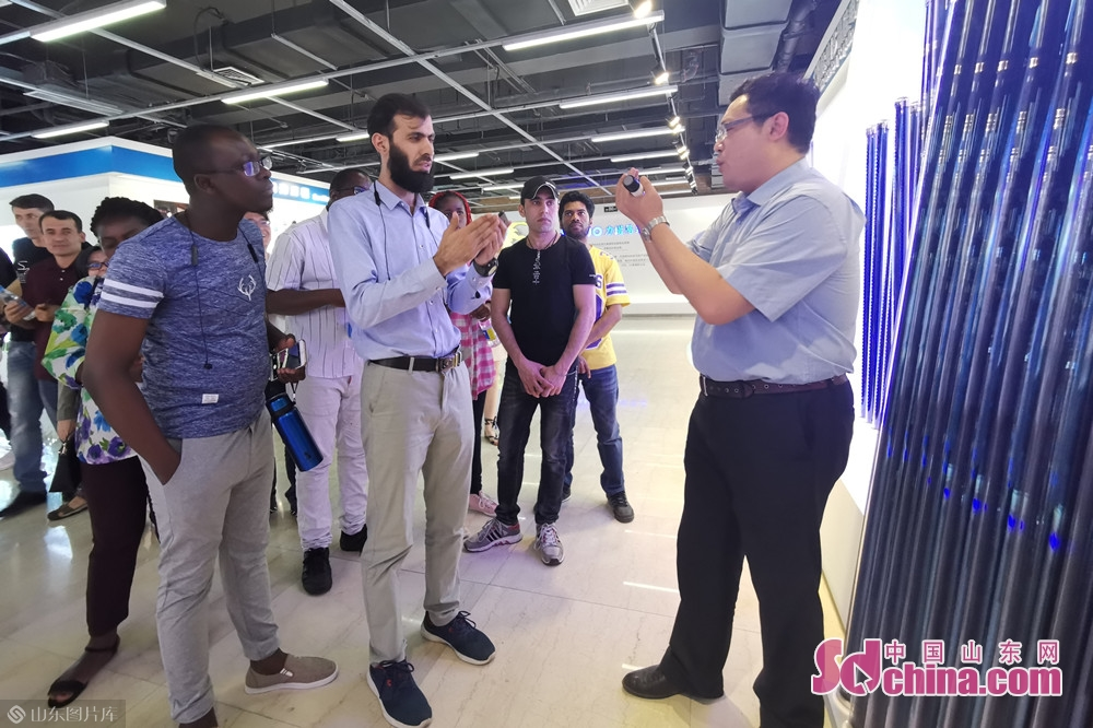A staff member of Linuo Ritter Group introduces the company&rsquo;s development history. Recently, more than 20 international students paid a visit to Linuo Ritter International Co. Ltd. to get an in-depth understanding of China&rsquo;s contemporary industrial, economic and cultural development as well as the traditional Chinese medicine.<br/>