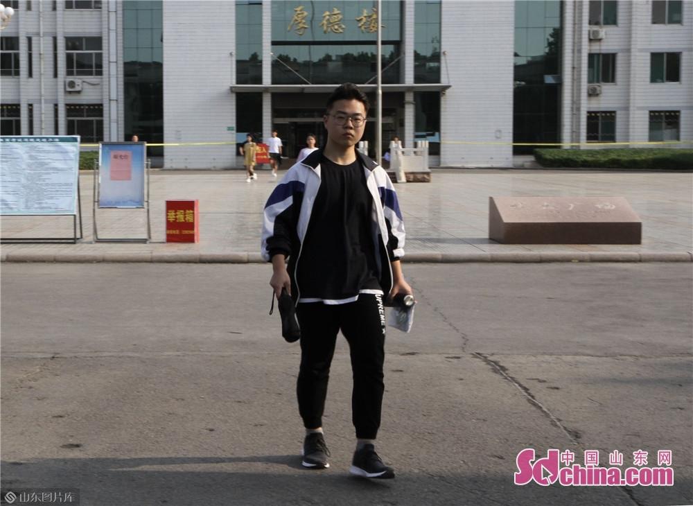 <br/>  考试结束后第一个走出校门的考生。