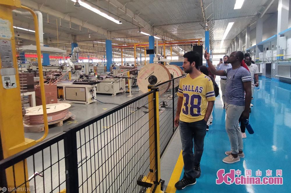 リノ社の工場で、留学生は写真を撮っている。<br/>
