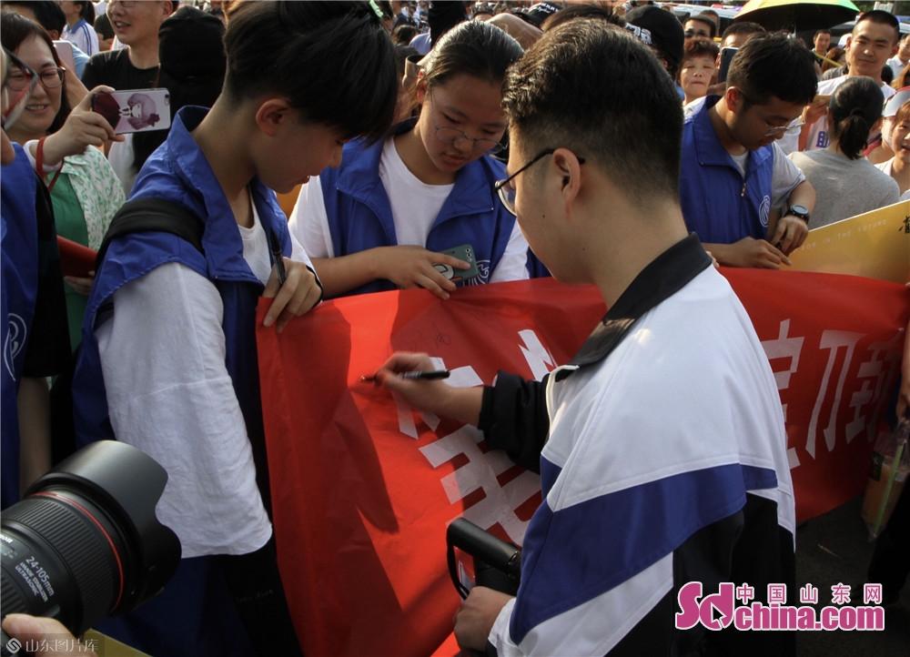 <br/>  考生在签名簿留下姓名。