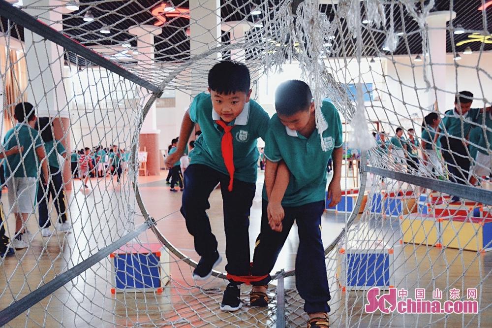 <br/>  三年级在学校体育馆举行趣味闯关游戏活动,体育馆内变成了欢乐的海洋。<br/>