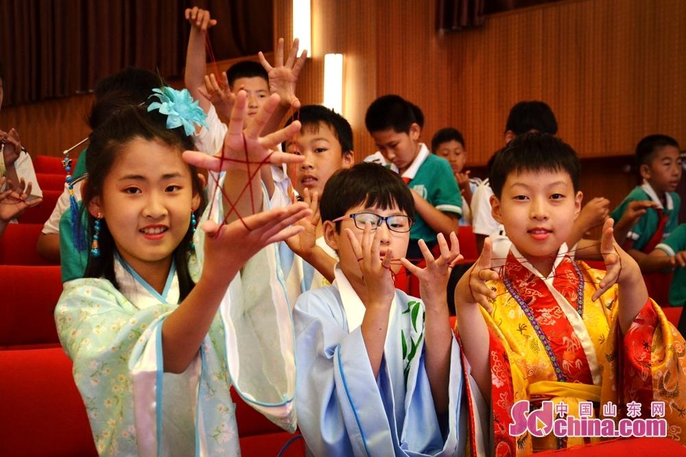 <br/>  四年级师生和部分家长在学校报告厅举行了课本剧、翻花绳比赛。<br/>