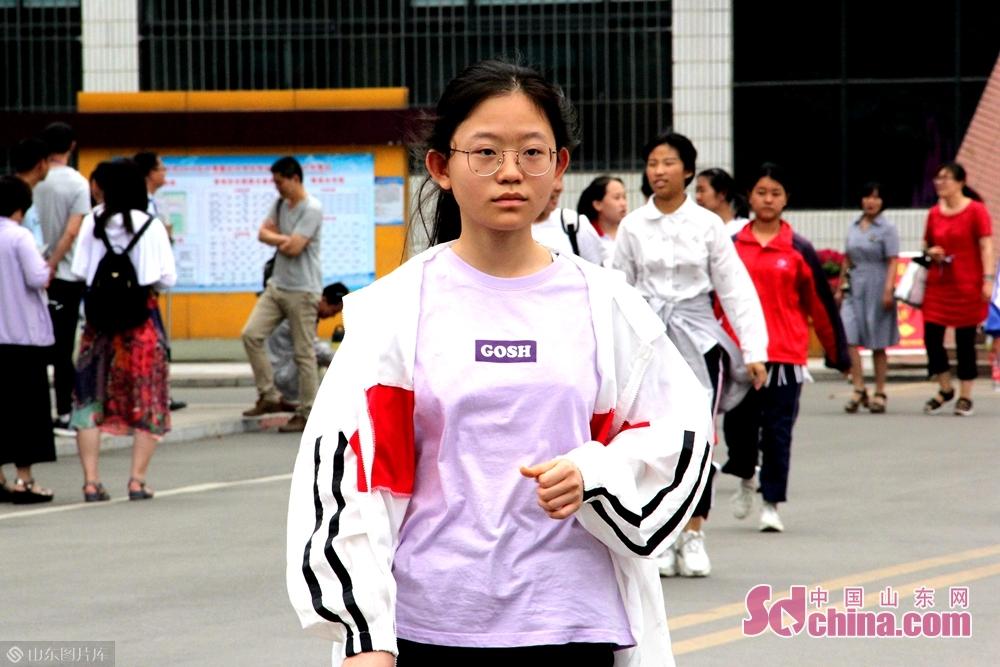 <br/>  考试结束的铃声响起,考生们纷纷走出考场。<br/>