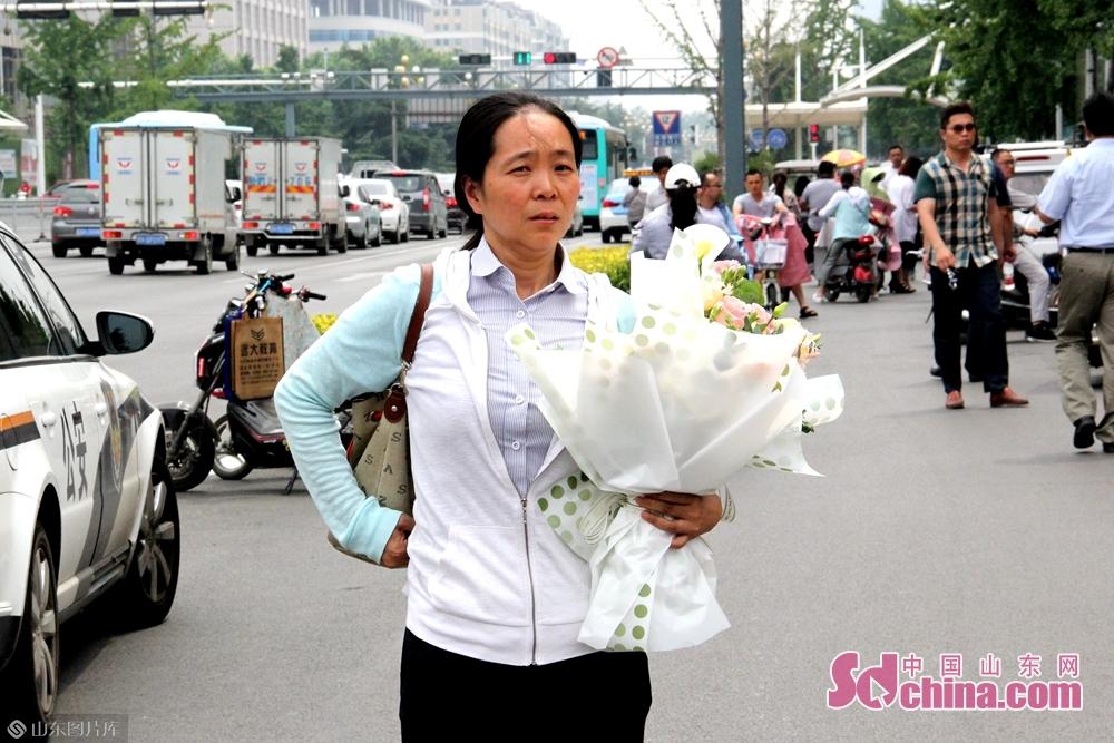 <br/>  记者看到,很多家长都给孩子准备了鲜花,为他们庆祝考试结束。<br/>