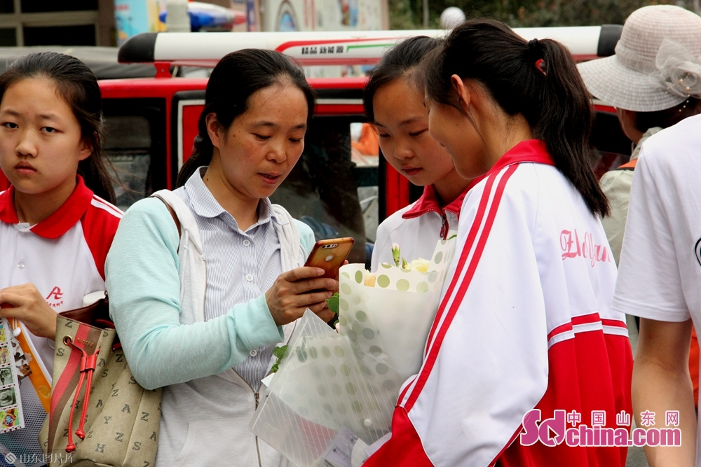 <br/>  几名女生和自己的老师在讨论考试内容。<br/>