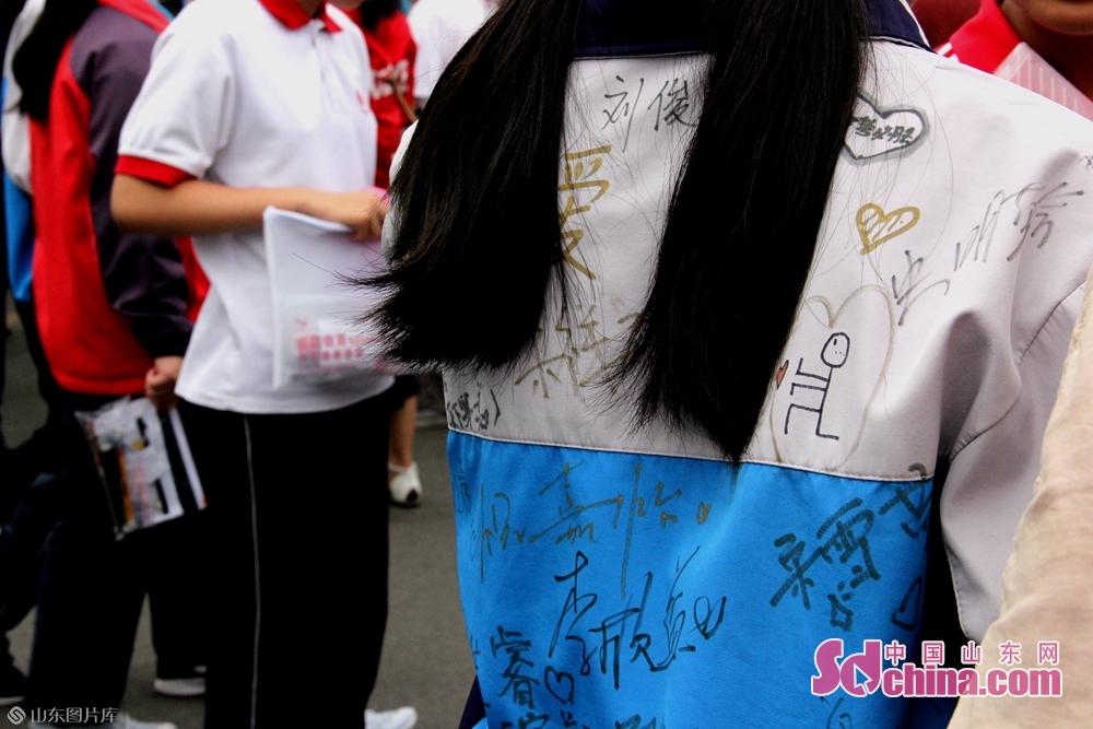 <br/>  记者看到,有不少考生都是穿着写满同学祝福和签名的校服外套来参加考试的,祝愿2019中考生金榜题名。