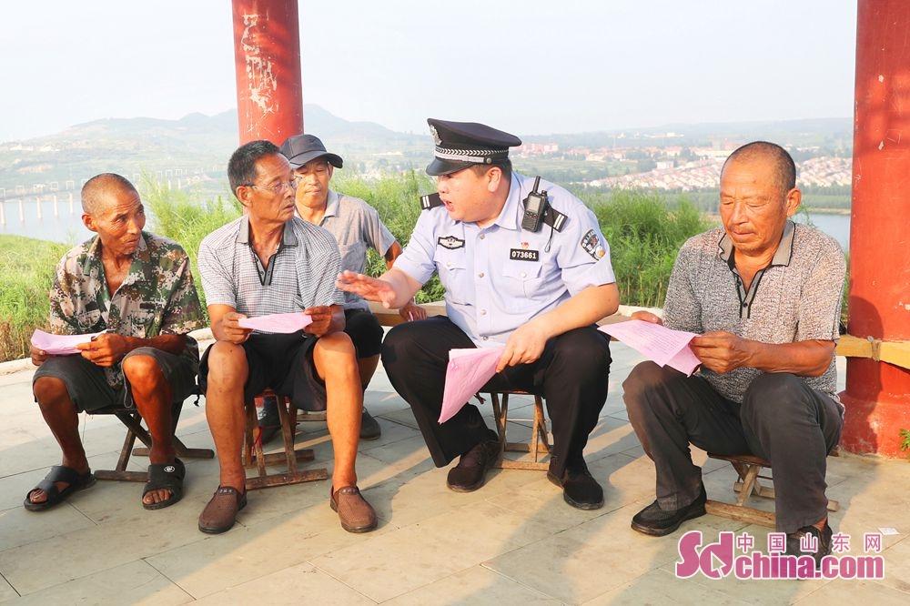 <br/>  莒县站派出所民警开展爱路护路宣传活动,有效提升沿线村民的遵纪守法和自我防护意识。