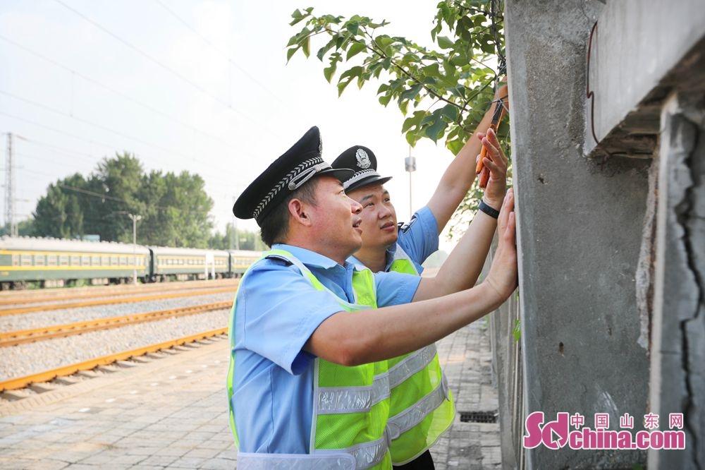 <br/>  鄄城站派出所民警加固物防措施,严查辖区隐患。<br/>