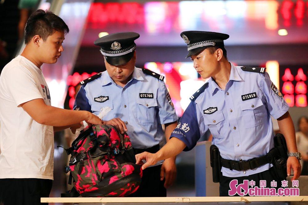 <br/> <br/>  菏泽站派出所民警对旅客携带的行李进行开包检查。<br/>