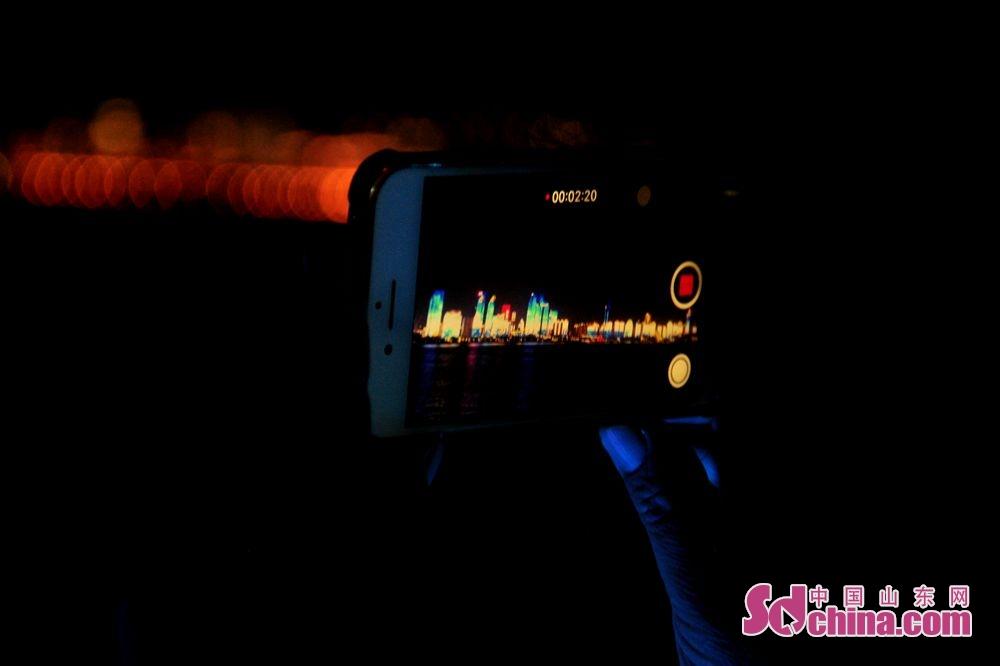 람해진주호위에 관광객은 카메라로 해만의 야경을 찍고 있다.<br/>