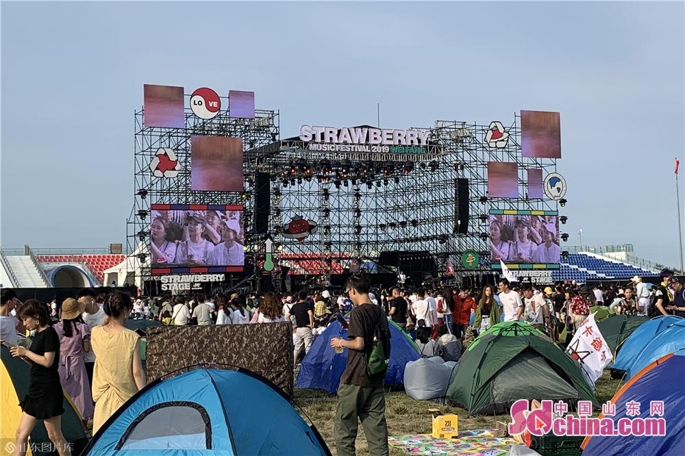 <br/>  6月15日至16日,2019年潍坊滨海草莓音乐节在滨海区国际风筝放飞场举办,参与观众达3万余人。<br/>