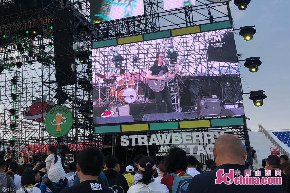 <br/>  2019潍坊滨海草莓音乐节音乐风格多元化、演出阵容豪华,民谣、摇滚、独立音乐、黑人音乐以及潮流ICON、Hip-hop等数十种风格汇聚一堂。<br/>