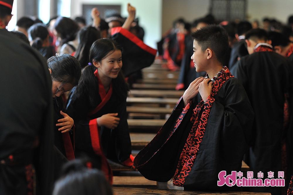 <br/>  毕业生在青岛市崂山书院举行的&ldquo;成童礼&rdquo;活动上换上汉服。<br/>