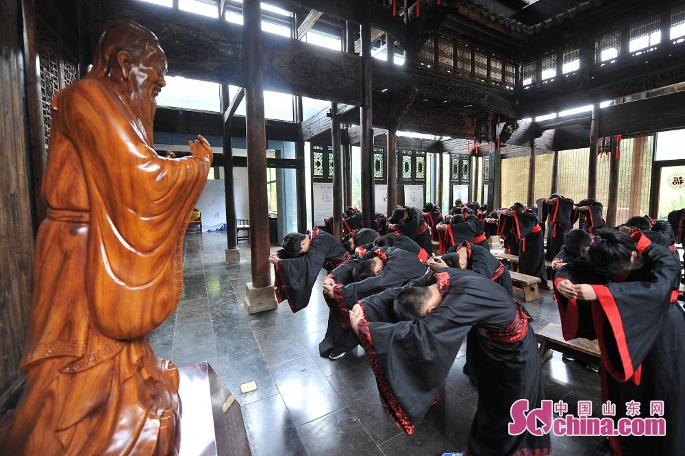 <br/>  毕业生在青岛市崂山书院举行的&ldquo;成童礼&rdquo;活动上进行拜孔子仪式。<br/>
